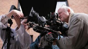 Bag kameraet. Den 75-årige svenske filminstruktør Jan Troell er i gang med optagelserne til en ny film, den danskproducerede 'Maria Larssons evige øjeblik', der handler om en ung arbejderkvinde og fotograf i 1900-tallets Göteborg