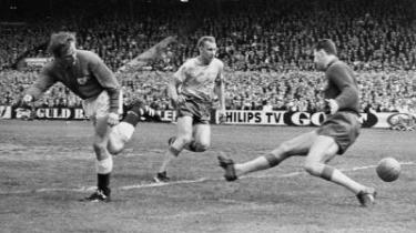 Arvefjender. Går det som i 1959 i Københavns Idrætspark, hvor det svenske fodboldlandshold vandt 6-0? Eller som i 1965, hvor Ole Madsen scorede det første mål i 2-1-sejren med hælen? Danmark og Sverige mødes i aften i Parken