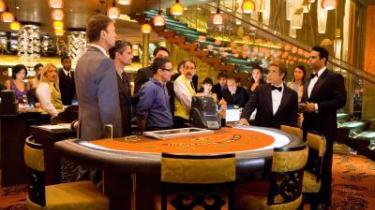 Danny Ocean og hans bande af charmerende storsvindlere er tilbage i en tredje film, 'Ocean's 13', og det er et fornøjeligt gensyn