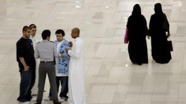 Dating. Unge saudiarabere trodser religiøse forbud og patruljer og mødes og dater i Jeddahs Java Lounge, der ligner en natklub. Der flyttes grænser i Saudi-Arabien i disse år, og der flirtes stadigt mere avanceret og åbenlyst på gader, i storcentre og via mobiltelefonernes bluetooth-funktion