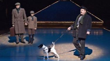 Peter Langdal har kogt de 24 afsnit af den kanoniserede tv-serie Matador ned til fem akter og sat hele hurlumhejet i scene på Operaen - missionen er som sådan mislykket, men underholdningsværdien fejler sgu ingenting