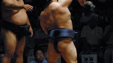 En sumo-bryder laver sjov med en yngre kollega ved en stor Sumo turnering i Honolulu, Hawaii .
