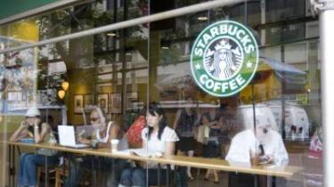 Kaffetræf. Det er ikke hjemme eller på arbejde, men 'det tredje sted', at knuderne i byens netværk knyttes. Emmerys, Baresso og nu også cafékæden Starbucks udvider voldsomt. Det handler om kaffe til kendere, men også om at sælge støj, samvær og bevægelse til rastløse bymennesker