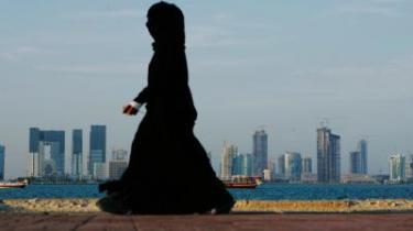 Mellem øst og vest. Der bygges luksushoteller og kæmpelufthavn i Qatars hovedstad, der har ambitiøse planer om at blive det trafikale bindeled mellem øst og vest. Men Doha har også selv en del at byde på