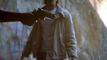 Brick. Rian Johnsson bruger næsten udelukkende highschool-kids til de centrale roller, som her Joseph Gordon-Levitt, der spiller skoleeleven Brendan. Det hele er sat op i noir-toner.