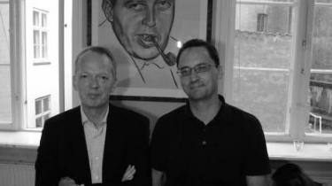 Informations direktør igennem 16 år, Henrik Bo Nielsen, holdt i går afskedsreception i Store Kongensgade, hvor den nye direktør, Morten Hesseldahl, også var gæst. På billedet ses de to sammen foran et billede af avisens grundlægger Børge Outze...