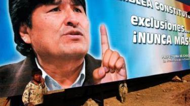 Udelukkelse -aldrig mere, proklamerer Bolivias præsident, Evo Morales, her. De fleste tror på, at han kan gøre godt for Bolivias oprindelig folk, som med Morales har fået en politisk stemme og sidder på landets øverste politiske post for første gang i 500 år. Andre mener, han er en håbløs opportunist, som bedriver hetz mod hvide.