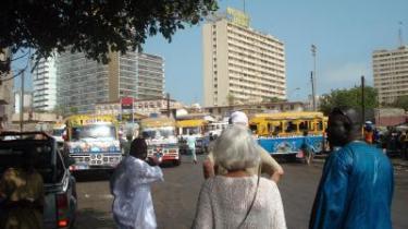 Norske forfattere i Dakar på vej mod nærmeste pengeautomat.