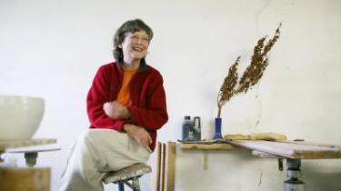 Forsinket bekendtskab. Keramikeren Ursula Munch-Petersen voksede op med drømmen om en far som en fjern mulighed, der en skønne dag ville komme hjem og ordne det hele. Men han kom aldrig, og først som voksen lærte hun sin far at kende blandt andet gennem de breve, han havde sendt hjem til hendes mor under den spanske borgerkrig.