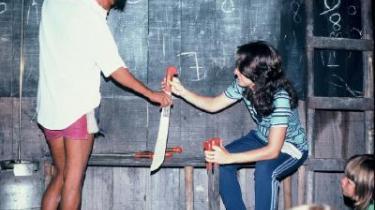 Tal. Pirahã hævdes at være verdens eneste sprog uden tal. Den tidligere sprogmissionær Dan Everetts kone, Keren, underviser pirahãer i at tælle. Her med macheter.
