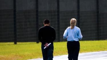 Det moderne fængsel i Østjylland er flugtsikret og arkitektonisk flot. Arkitektfirmaet bag byggeriet er blevet premieret med den internationale arkitekturpris 2007. Men bag det fine ydre bliver sikkerhed og kontrol prioriteret over beskæftigelse og resocialisering af de indsatte
