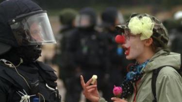 Koalitionen 'En anden verden er mulig' var så mangfoldig og handlingslammet, at ingen kunne stoppe en flok smadrende teenagere ved den første demonstration mod G8-mødet i Tyskland. Ved kajen i Rostock forsvandt den politiske dagsorden i røgen fra en brændende stationcar