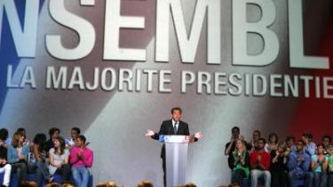 Franskmændene går til stemmeurnerne igen søndag. Denne gang er det første valgrunde til det franske parlament, det gælder. Og alle meningsmålinger peger på, at den nyvalgte præsident, Nicolas Sarkozy, vil få et stærkt borgerligt flertal i ryggen, der skal danne rygstød for hans planlagte kontroversielle samfundsreformer. Imens strides socialisterne ved udsigten til endnu et nederlag