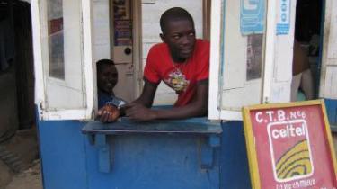 Mobiltelefonernes indtog i Afrika kommer først og fremmest de fattige til gode. Det trådløse system giver billige muligheder for at få oplysninger om markedspriser, vejret og ikke mindst familien