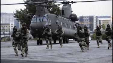 En gruppe elitesoldater fra forsvarets jægerkorps under en øvelse. Forsvarskommandoen  afviser, at danske specialstyrker opererede i Irak, før Folketinget godkendte dansk deltagelse  i Irak-krigen.