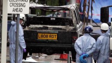 Blot 36 timer efter at politiet i London afmonterede to bilbomber i London, bragede en firehjulstrækker gennem facaden på Glasgows lufthavn. Bilen eksploderede dog ikke, og ingen kom til skade.
