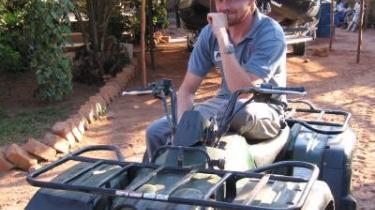 """Kalemie - """"Bortset fra at et par mænd gerne ville spise mig, har jeg ingen problemer her,"""" siger Andreas Sørensen og begynder at fortælle, at han før Congo arbejdede i Somaliland, hvor han tre gange var ved at blive stenet..."""