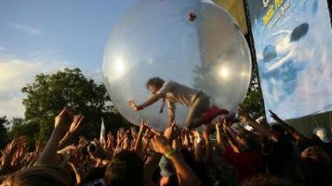 Wayne Coyne fra bandet The Flaming Lips surfer ud over publikum ved en Musikfestival i Austin, Texas. Lad os se, om det ikke er måden at holde sig tørskoet på på Roskilde Festivalen, hvis bygerne fortsætter!