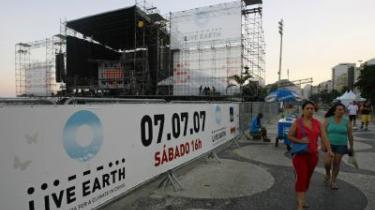 Trussel mod klimaet - og koncerten. Gennem 24 timer kører otte rock-koncerter i morgen verden rundt som en gigantisk appel om at passe på det truede klima. Alene i Rio de Janeiro forventes 700.000 at møde op for at høre musikken og budskabet. I går nedlagde Rios myndigheder uventet forbud mod koncerten af frygt for sikkerheden. I skrivende stund er arrangementets skæbne uvis.
