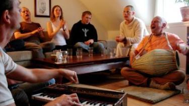 -Hare Krishna, Hare Krishna - Krishna Krishna, Hare Hare - Hare Rama, Hare Rama - Rama Rama, Hare Hare.- Det er munken Gert Andersen, som til dagligt lever i Indien, på tromme, og Anders Grønlund på harmonium.