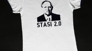 -Det frie marked har sejret,- lød den tyske indenrigsminister Schäubles ironiske kommentar, da han hørte, at T-shirts med hans billede og teksten -Stasi 2.0-, er blevet et salgshit. Årsagen er, mener han, den useriøse offentlige debat og nyhedsdækning.