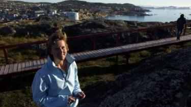 -Hvis du flyver, ødelægger du andre menneskers liv,- skriver George Monbiot i sin bog -Globalt hedeslag-. Det vækker stof til eftertanke hos anmelderen, miljøminister Connie Hedegaard, der i embeds medfør er nødt til at flyve temmelig meget. Her ses ministeren i Ilulissat i Vestgrønland.