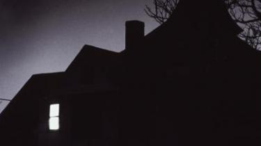 I Bjarne Reuters nye gyser, -Skyggernes hus-, indlogerer 11 elever og deres to lærere sig i det gamle hus Pemba, der er opkaldt efter et skib, der forliste i Bermudatrekanten i 1934. Og Reuter kan sit kram, han mestrer til fulde gysergenrens psykologiske virkemidler.