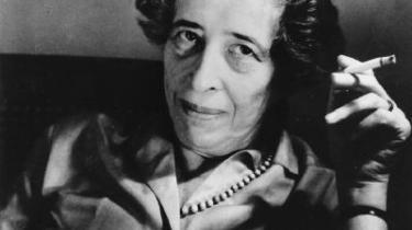 Hannah Arendt sætter pluraliteten som afgørende for mennesker: Vores identitet er ikke noget, vi kan finde i os selv, men er tværtimod noget, som bliver til i tale og handling med andre.
