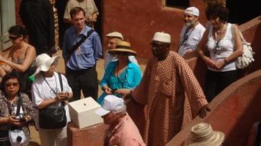 En del af den store Pen-konferences deltagere i Senegal på sightseeing på slaveøen Gorée.