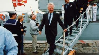 Det afgørende øjeblik for Danmarks aktivistiske udenrigspolitik kom med Golfkrisen i sommeren 1990, hvor Danmark sendte korvetten Olfert Fischer til Den Persiske Golf. Her er korvetten vendt hjem fra Golfkrigen og bliver modtaget af daværende statsminister Poul Schlüter og udenrigsminister Uffe Ellemann-Jensen.