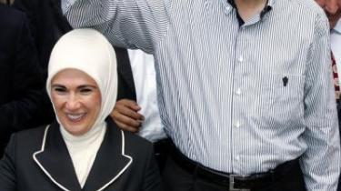 Premiereminister Recep Tayyip Erdogan og hustru Emine Erdogan. Erdogans AK-parti ser ud til at få et komfortabelt flertal i det tyrkiske parlament - men ikke nok til at de alene kan gennemføre valget af præsident