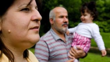 Den 38-årige irakiske Ann Toma Yusef har boet i Vinderup nær Holstebro i de sidste fire år, og både hendes mand, Shamshon Odisho, og parrets et-årige datter Miriam har opholdstilladelse i Danmark. Men moren har fået afslag på asyl. Integrationsminister Rikke Hvilshøj har i et brev til familien foreslået, at familien rejser tilbage til Irak, så de kan være sammen.