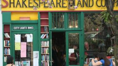 'Der er ingen ende på Paris' er Hemingways erindring om en lykkelig tid i byernes by, men også en gribende kunsterroman om den unge forfatter, der kæmper indædt for at vokse sig stor