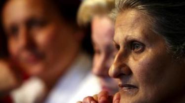 To af de frigivne sygeplejersker vel hjemme i Bulgarien. Hvad modtog Libyen for at løslade dem - og hvem betalte.