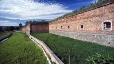 Det kan ikke være nemt at være Holocaust-benægter. Blandt andet skal man kunne overbevise sig selv om, at de allierede i sin tid byggede kulisseudryddelseslejre med kulissegaskamre og kulisseovne, de så selv kunne befri og afsløre - som her koncentrationslejren Theresienstadt.