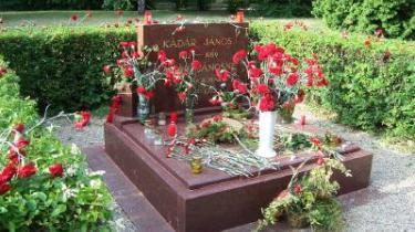 Her midt i Budapest findes Kerepesi-kirkegården, hvor Janos Kadar hviler. Det vil sige, her hviler hans ben, resten af kroppen blev stjålet for tre uger siden af ukendte gerningsmænd, der også fjernede en urne fra toppen af gravstenen indeholdende hans kones aske.