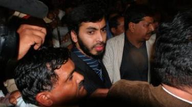 Mohamed Haneef (i midten) fløj i går fra Australien til Bangalore i Indien.