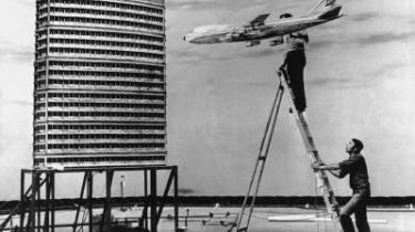 Legendariske Pinewood er verdenskendt for sine tekniske nyskabelser indenfor scenografi og visuelle effekter. Blandt andet i forbindelse med optagelserne af Bond-filmene. Eller da det krigshærgede Vietnam blev genskabt til Stanley Kubricks -Full Metal Jacket-. Scenen på billedet er fra filmen -The Medusa Touch- fra 1978 med Richard Burton i hovedrollen. Bygningen er en kopi af Centre Point i London. Arkiv