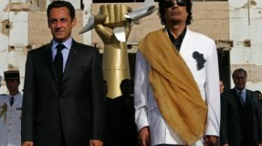 Symbolpolitik. Efter en stor indsats for at befri de bulgarske sygeplejersker, der var anklaget og fængslet for at have smittet libyske børn med Aids, besøgte Sarkozy Libyens præsident, Moammar Gaddafi -tilsyneladende for at få ham ind i varmen igen. Og sådan har Frankrigs præsident markeret sig effektivt i både ind- og udland og indfriet valgfløfter, som den franske befolkning for længst havde glemt. Her står de to præsidenter foran Bab Azizia-paladset i Tripoli, hvor Gaddafis datter døde under et amerikansk bombeangreb i 1986.