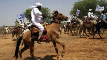 Landsbybeboere på heste- og kamelryg i det nordlige Darfur for nylig i anledning af præsident Omar al-Bashirs besøg. Han har nærmest aldrig begivet sig til Darfur, men vil nu gerne fremstå som den, der forener og forsoner.