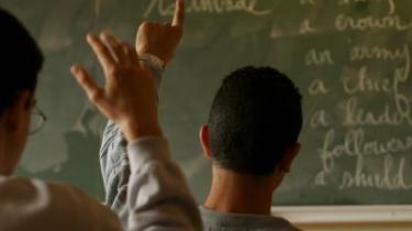 Kløft. Klassedelingen i det engelske samfund, betyder, at uddannelsessystemet ikke selv er i stand til at give de underprivilegerede børn ordentlige skolekundskaber, lyder kritikken.