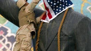 Drømmen der brast. Saddam-statuen blev iklædt det amerikanske flag og styrtet af en begejstret og taknemmelig irakisk folkemængde. Men det var en iscenesat propagandagimmick, og de ædle forsætter om at befri Irak fra dets onde tyran er endt som et mareridt med hundredtusinder af dræbte, millioner af flygtninge og sekterisk borgerkrig.