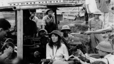 I fjendeland. I 1972 tog den amerikanske skuespiller Jane Fonda til Nordvietam for blandt andet at mødes med  repræsentanter for det kommunistiske regime og med amerikanske krigsfanger.  Fonda lod sig undervejs fotografere siddende på et nord- vietnamesisk antiluftskyts- batteri. Hjemme i USA skortede det ikke på opfordringer til at anklage Fonda for lands- forræderi.