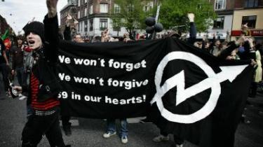 Demonstranter for Ungdomshuset kæmper med modefolket om pladsen i Københavns gader. Indimellem smelter de sammen.