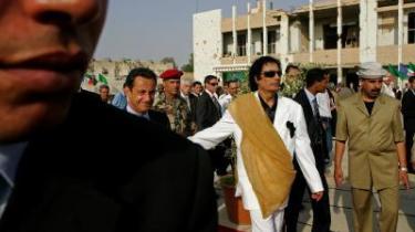 Efter lang tid ude i kulden er Moammar Gadaffi for alvor kommet ind i varmen igen. Senest kunne den franske præsident Nicolas Sarkozy ubnderskrive en våbenaftale med den tidligere paria, og en række andre vestlige lande tripper for at komme til at sælge våben til ørkenlandet.