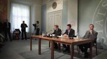 Udenrigsminister Per Stig Møller, statsminister Anders Fogh Rasmussen og daværende forsvarsminister Svend Aage Jensby meddeler i marts 2003, at et historisk spinkelt flertal har besluttet at sende danske soldater i krig i Irak.