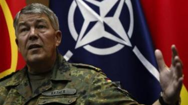 NATO-s kommandant i Kosovo, den tyske general Roland Kather, advarer om, at selv om situationen i Kosovo er rolig nu, varer albanernes tålmodighed ikke evigt. Derfor bør den nye forhandlingsrunde ikke vare længere end de 120 dage, der er sat af til at finde en løsning.