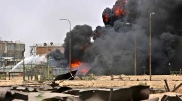 Olie. Den irakiske olie er et centralt punkt i konflikten. Ifølge Jan Øbergs plan skal det sikres, at irakerne selv får fuld råderet over oliereserverne, der er blandt verdens største. Her er det et anlæg ved Basra, som blev bomberamt tidligere på måneden.
