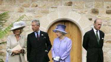 Royal. Det kan godt være, at monarker ikke hører med til demokratiets abc - men som insititution har det britiske kongehus været med til at sikre et fredeligt demokrati i England, fremhæver dagens kronikør.