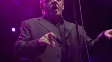 Joe Cocker giver sig ikke af med at please publikum med smalltalk mellem numrene.